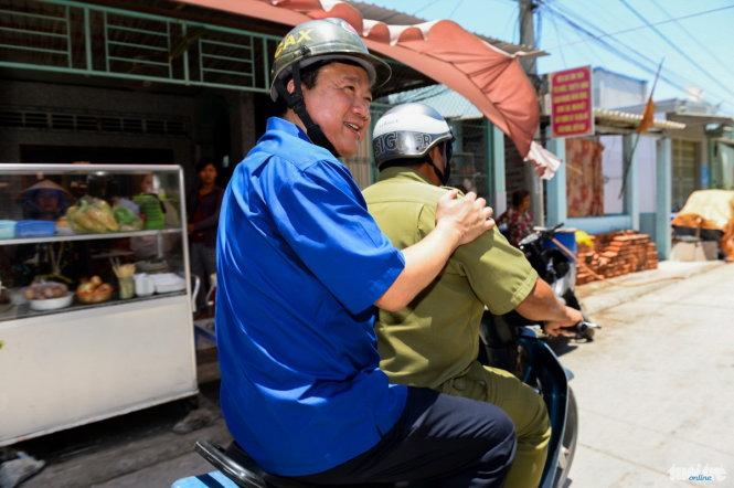 Ông Đinh La Thăng thăm đảo Thuận an khi còn là Bí thư thành ủy Sài Gòn. Ảnh Thuận Thắng (tuoitre.vn)