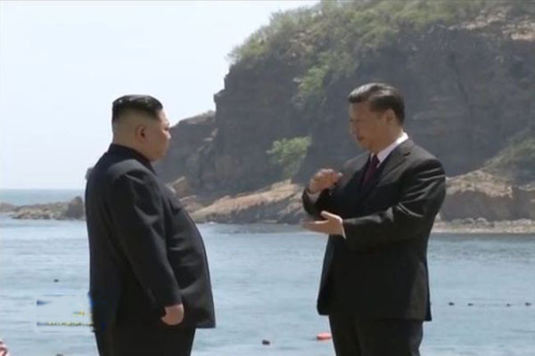 Ông Tập Cận Bình gặp ông Kim Jong-un tại bờ biển ở Đại Liên (Ảnh cắt từ video)