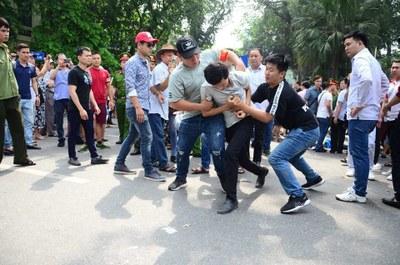 Người biểu tình ở Hà Nội bị an ninh bắt hôm 10/6/2018. Ảnh facebook