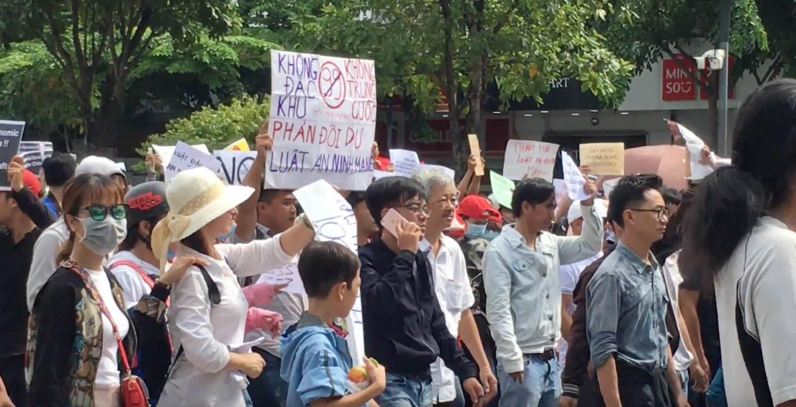 Người biểu tình ở Sài Gòn dơ biểu ngữ thể hiện nguyện vọng của mình. Ảnh mạng xã hội