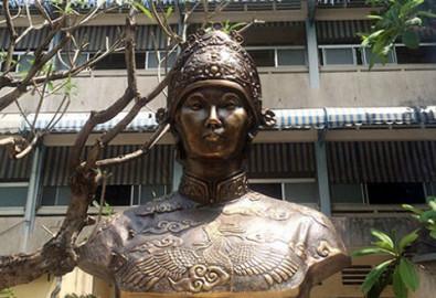 Tượng đài hoàng thái hậu Từ Dụ tại Bệnh viện Từ Dũ. (Ảnh từ Bảo tàng lịch sử )