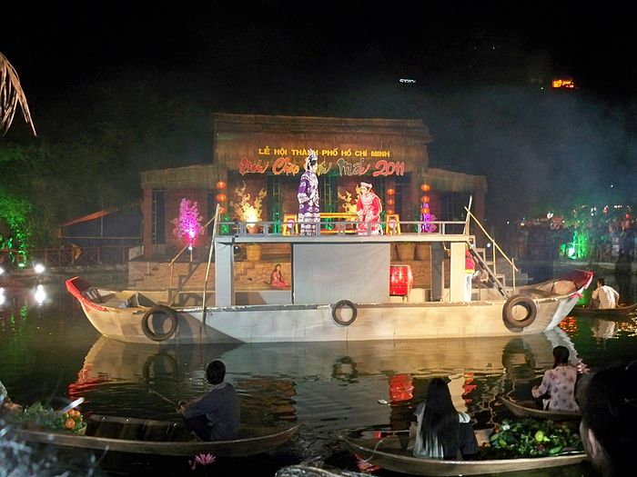 Trích đoạn cải lương Tự Đức dâng roi Từ Dụ - màn trình diễn cải lương trên chợ nổi tại lễ hội ẩm thực thế giới 2010. (Ảnh từ wikipedia.org)