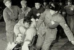Hình ảnh cựu Tổng tham mưu trưởng La Thụy Khanh trong thời đầu Cách mạng Văn hóa, sau khi ông nhảy lầu tự tử đã bị gãy chân, nhưng Hồng vệ binh vẫn ném ông vào trong cái sọt rồi khiêng đến hiện trường đấu tố. Sự kiện ngày 04/1/1967 (Ảnh tư liệu lịch sử)