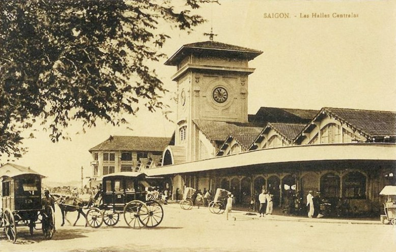 Xe ngựa bốn bánh – phương tiện đi lại của người giàu ở Sài Gòn thuộc địa – trước Chợ Bến Thành năm 1921. (Ảnh từ ilovesaigon.net)