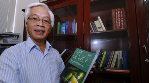GS Chu Hảo bên quyển sách của NXB Tri Thức. Ảnh Hoàng Đình Nam (GETTY)