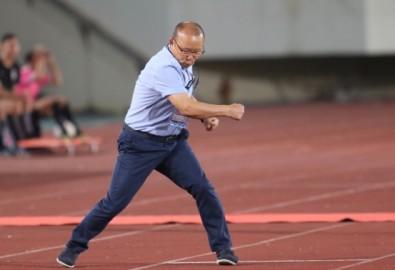 Với phong cách huấn luyện quyết đoán nhưng rất giản dị và hiệu quả, HLV Park Hang-seo được rất nhiều người yêu mến và kính nể. Ảnh: Đức Đồng.