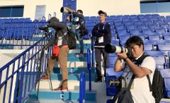 Phóng viên Nhật Bản theo dõi buổi tập của tuyển Việt Nam chiều 22-1 - Ảnh: N.K