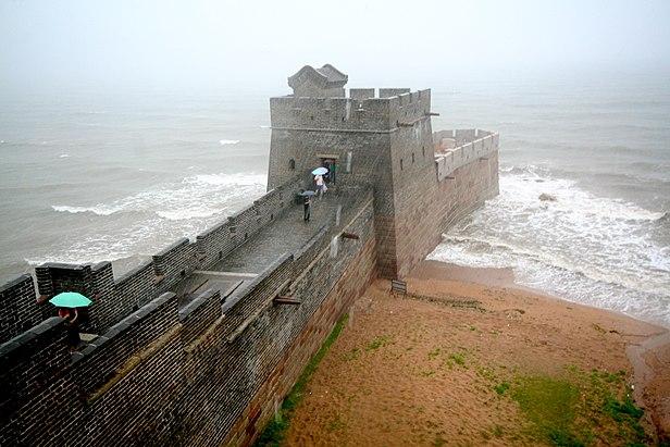 """Điểm cực Đông của Vạn Lý Trường Thành nằm tại Sơn Hải Quan, giáp bờ biển. Mệnh danh là """"lão long đầu"""". (Ảnh wikipedia.org)"""