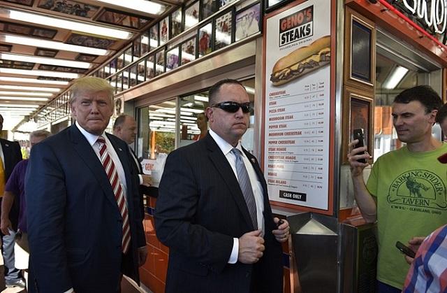 Tổng thống Donald Trump xếp hàng chờ mua thức ăn nhanh.