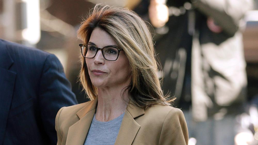 Nữ diễn viên Lori Loughlin xuất hiện tại tòa án liên bang ở Boston ngày 3/4. Ảnh STEVEN SENNE/AP/SHUTTERSTOCK