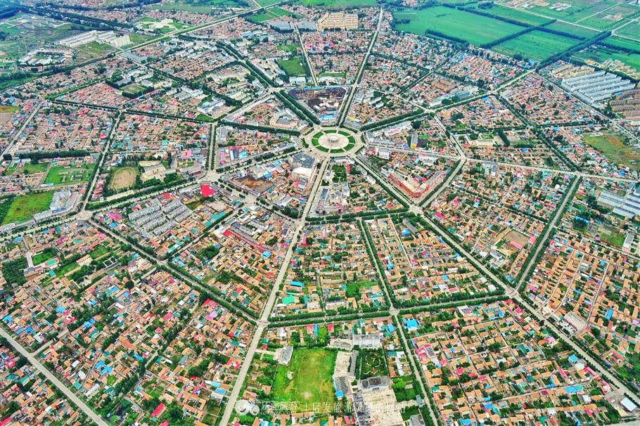 Thành phố bát quái này có tên là Tekes, tên Hán Việt là Đặc Khắc Tư. Ảnh từ secretchina.com