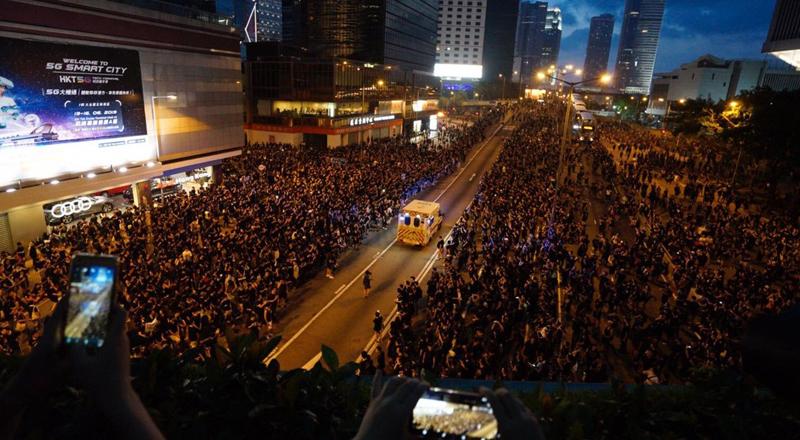 Bức ảnh ghi lại khoảnh khắc đặc biệt trong không khí nóng bỏng của phong trào biểu tình phản đối dự luật dẫn độ tại Hong Kong ngày 16/6. (Ảnh qua tuoitre)