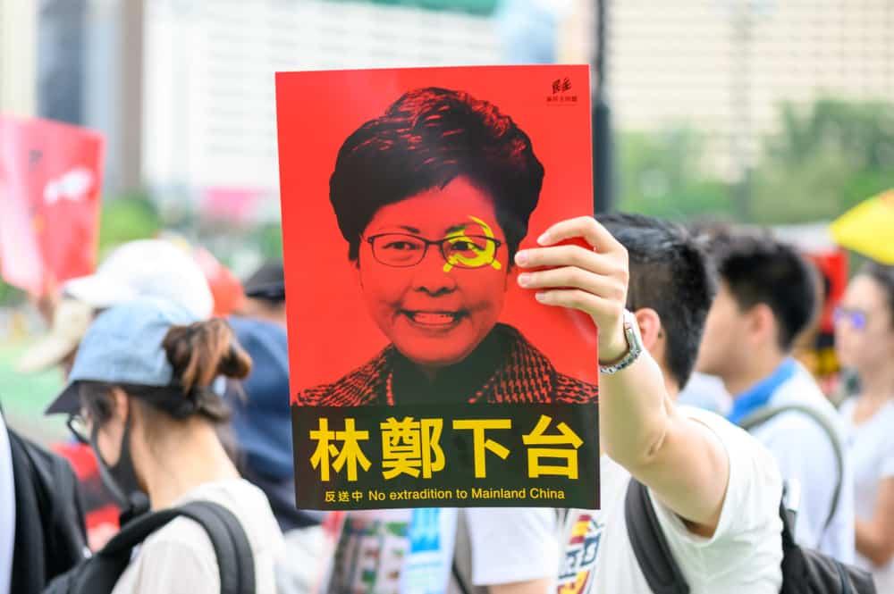 Người dân Hong Kong yêu cầu bà Lam từ chức. (Ảnh qua ozy)