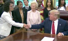 Ông Trump bắt tay với bà Trương Ngọc Hoa tại buổi gặp gỡ. (Ảnh: The White House)