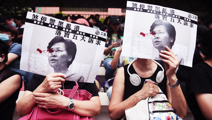 Dự luật Nhân quyền và Dân chủ Hồng Kông là bảo kiếm hộ thân mà người Hồng Kông rất mong mỏi, nhưng đồng thời nó cũng là cơn ác mộng đối với những quan chức hành ác tại Trung Quốc và Hồng Kông. (Ảnh: AccessWDUN)