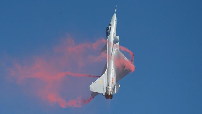 Chiến đấu cơ J-10 trong lúc diễn tập bay tầm thấp đã đâm vào núi, viên phi công may mắn thoát ra được. (Ảnh: Forcesnewsbd)