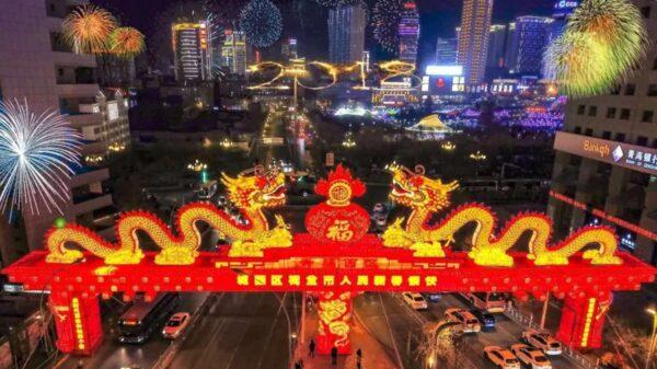 Cổng rồng được dựng vào mấy năm trước ở Tây Ninh, Thanh Hải (Ảnh: Weibo)