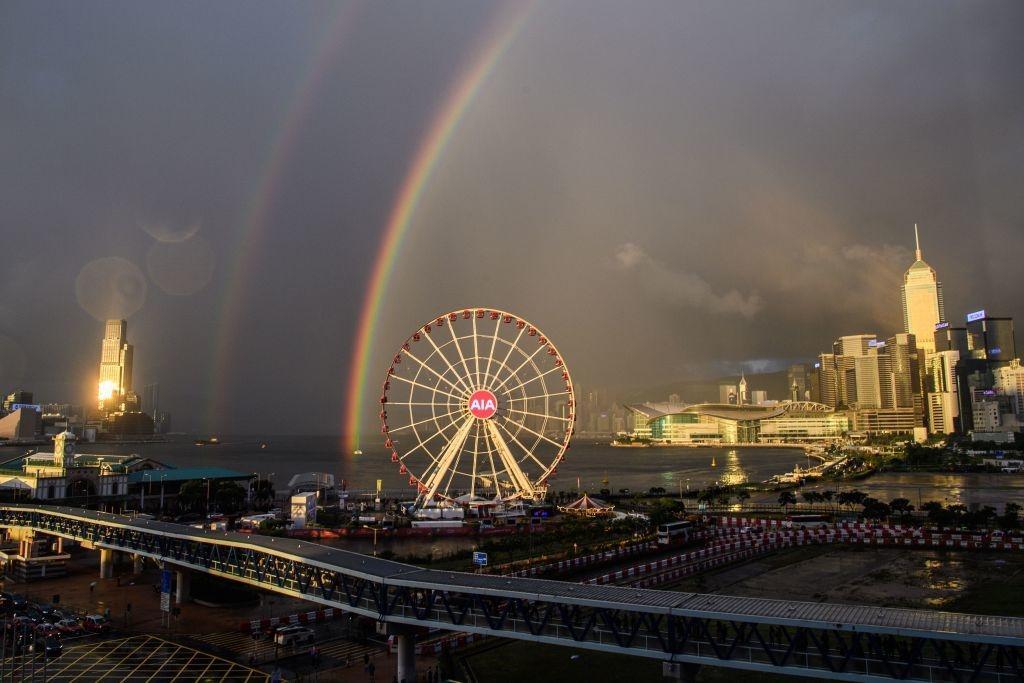 Cầu vồng đôi xuất hiện trên bầu trời Hong Kong vào ngày 16/6 trong văn hóa phương Tây được hiểu là sự may mắn, đồng thời sẽ có sự biến đổi. (Getty)