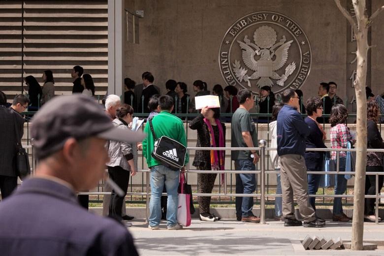 Người dân xếp hàng bên ngoài khu vực thị thực của Đại sứ quán Mỹ tại Bắc Kinh ngày 27/4/2012. (Ảnh qua Getty Images)