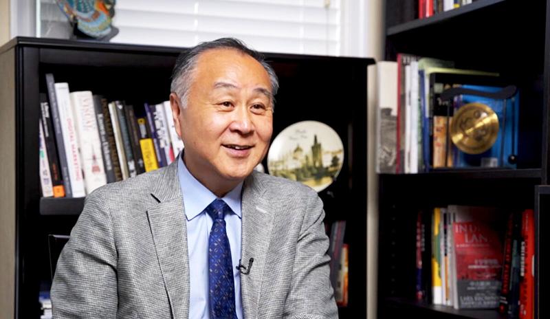 Nhà tư bản công nghiệp Hồng Kông Viên Cung Di trong cuộc phỏng vấn hôm 1/8. (Ảnh qua Epoch Times)