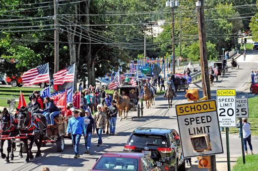 Người Amish phá vỡ các quy tắc hình thành 300 năm để bước ra bầu cho TT Trump. (Ảnh qua WBN)