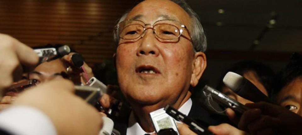 Inamori Kazuo trong vòng vây phóng viên. (Ảnh từ faz.net)
