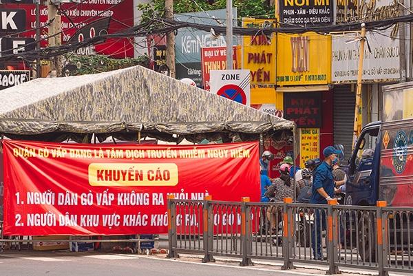 Lực lượng chức năng kiểm tra các phương tiện ra vào quận Gò Vấp - tâm dịch tại TP. HCM. (Ảnh: Bạch Cúc)