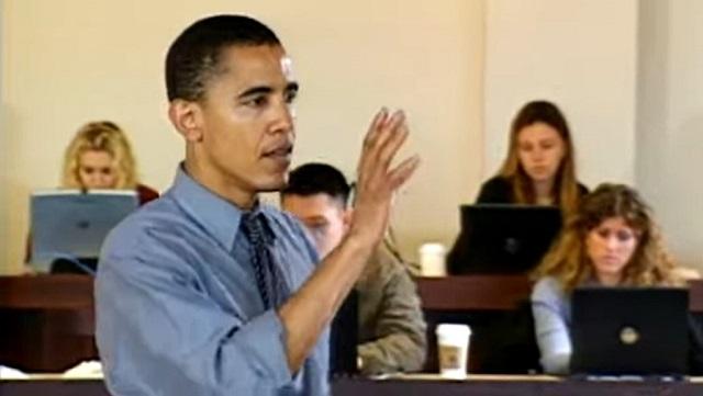 """Hồ sơ """"chính trị gia"""" của Obama hoàn toàn trống tuếch. Hành trình từ Đại học Columbia đến vị trí Biên tập viên Tạp chí Luật Harvard và tạm bằng lòng trong vai trò giảng viên ĐH Chicago, Obama chỉ loanh quanh với các ấn phẩm học thuật và những bài lý thuyết suông. (Ảnh chụp video)"""