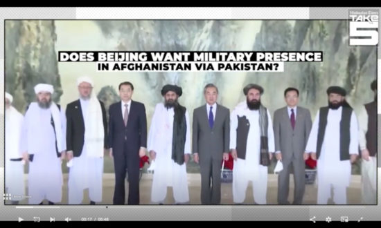 Trong khi ngoại trưởng Vương Nghị bắt tay với thủ lĩnh Taliban theo nghi lễ ngoại giao long trọng nhất ở Bắc Kinh, thì nhiều thường dân vô tội và các nhà báo quốc tế tại Afghanistan đã bị bắt giữ, bị đem ra hành quyết, chặt đầu, phân thây. (Ảnh chụp qua màn hình)