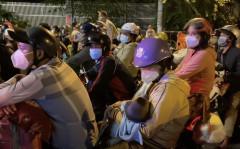 Em bé được mẹ bồng về quê, hòa cùng dòng người lao động ùn ùn tháo chạy khỏi TP. HCM giữa đêm khuya ngày 01/10/2021. (Ảnh chụp màn hình Saigon Now)